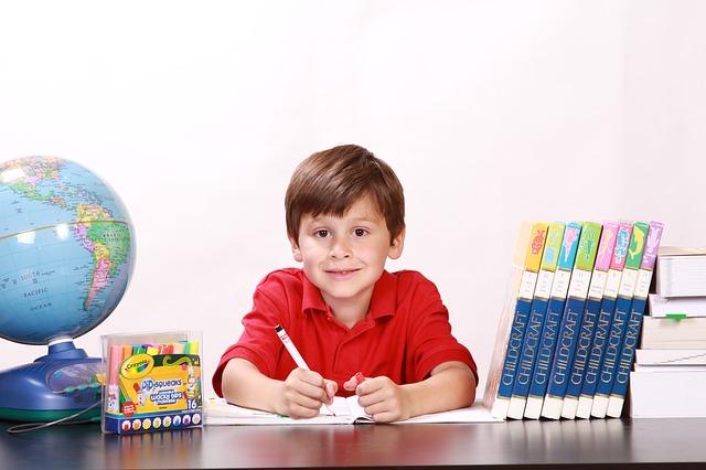 Jak pomysłowe pomoce dydaktyczne umilą dziecku naukę w wakacje?